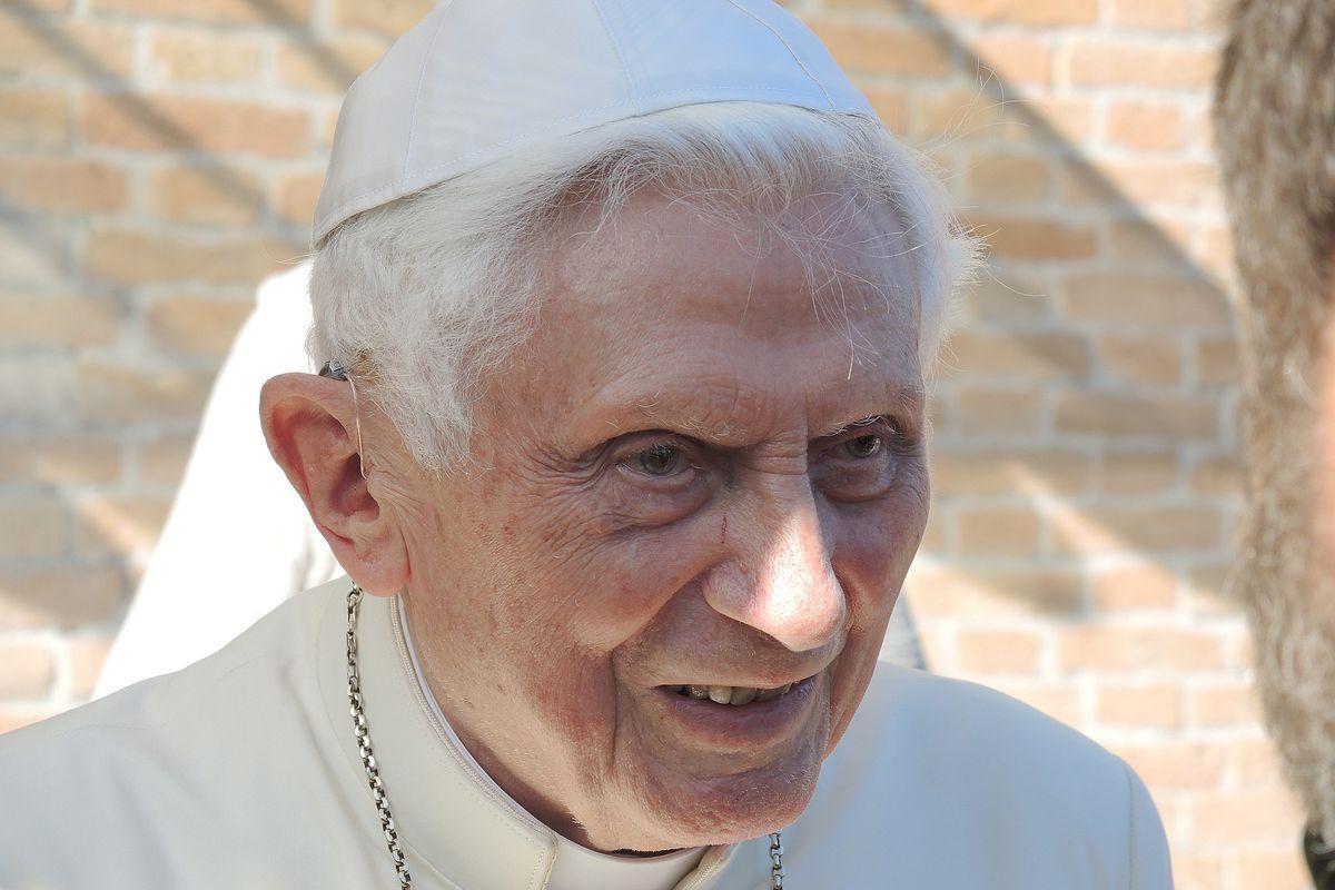 La Passione di papa Benedetto XVI. È muto per una infezione al viso