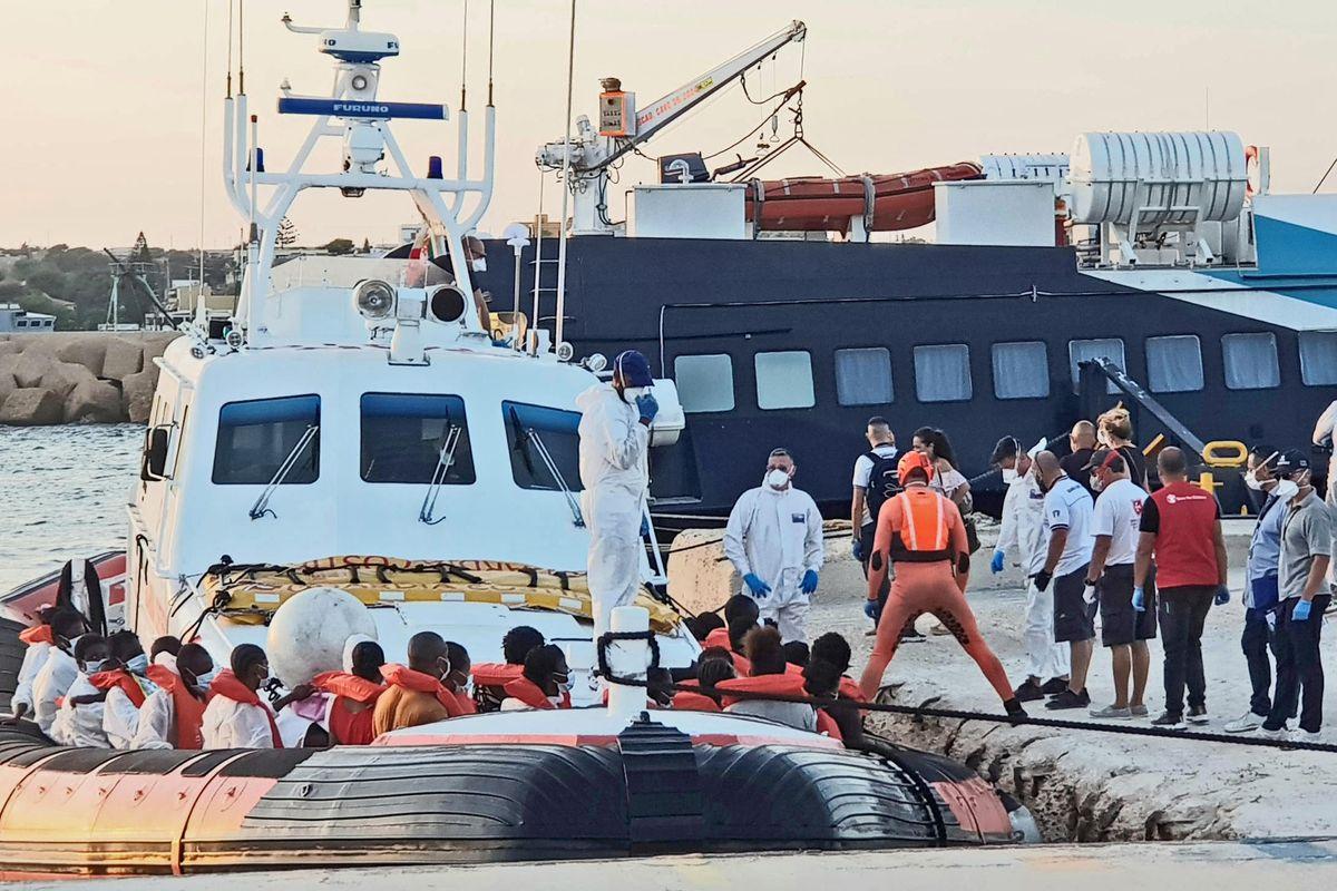 Immigrati infetti ad Amantea si oppongono all'isolamento. La prefettura invia l'esercito