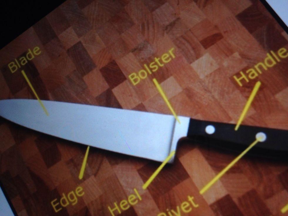 Un couteau de chef est utilisé pour la préparation des aliments. Je peux l'utiliser pour couper des choses comme les carottes.