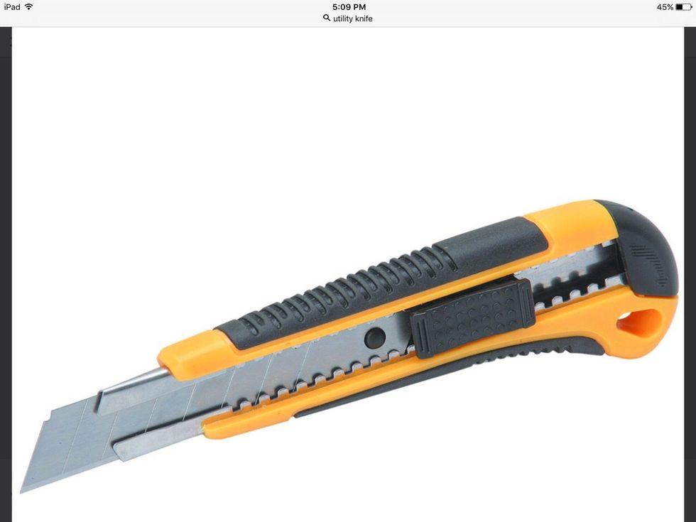 Un couteau utilitaire est un couteau général utilisé à des fins utilitaires. Je peux utiliser un couteau utilitaire pour couper une carotte.