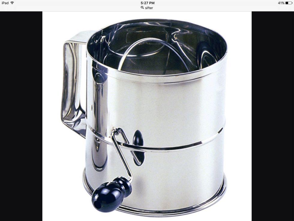 Un tamis est utilisé pour mélanger les ingrédients secs. Je peux l'utiliser pour mélanger de la farine et du bicarbonate de soude.