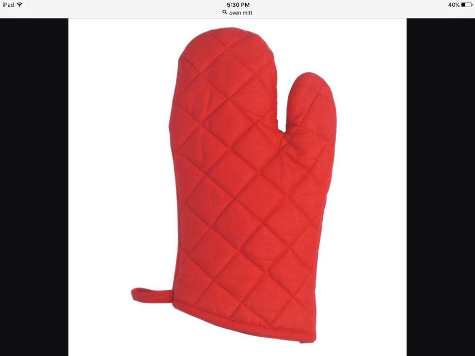 Un gant de cuisine est utilisé pour ne pas vous brûler en sortant quoi que ce soit du four. Je peux utiliser un gant de cuisine pour sortir les biscuits du four.