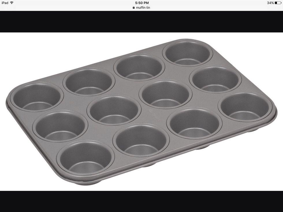 Un moule à muffins est utilisé pour façonner et faire des muffins et des cupcakes. Je peux l'utiliser pour faire des muffins.