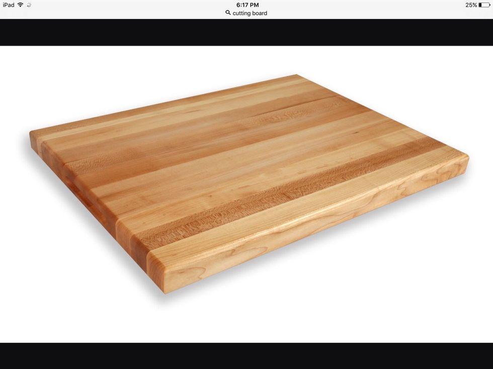 Une planche à découper est utilisée pour couper les aliments. Je peux l'utiliser pour couper la nourriture.