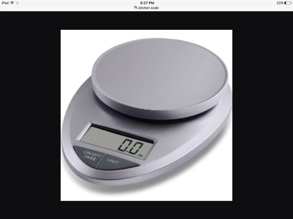 Une balance de cuisine est utilisée pour mesurer le poids d'un aliment. Je peux l'utiliser pour mesurer les fraises.