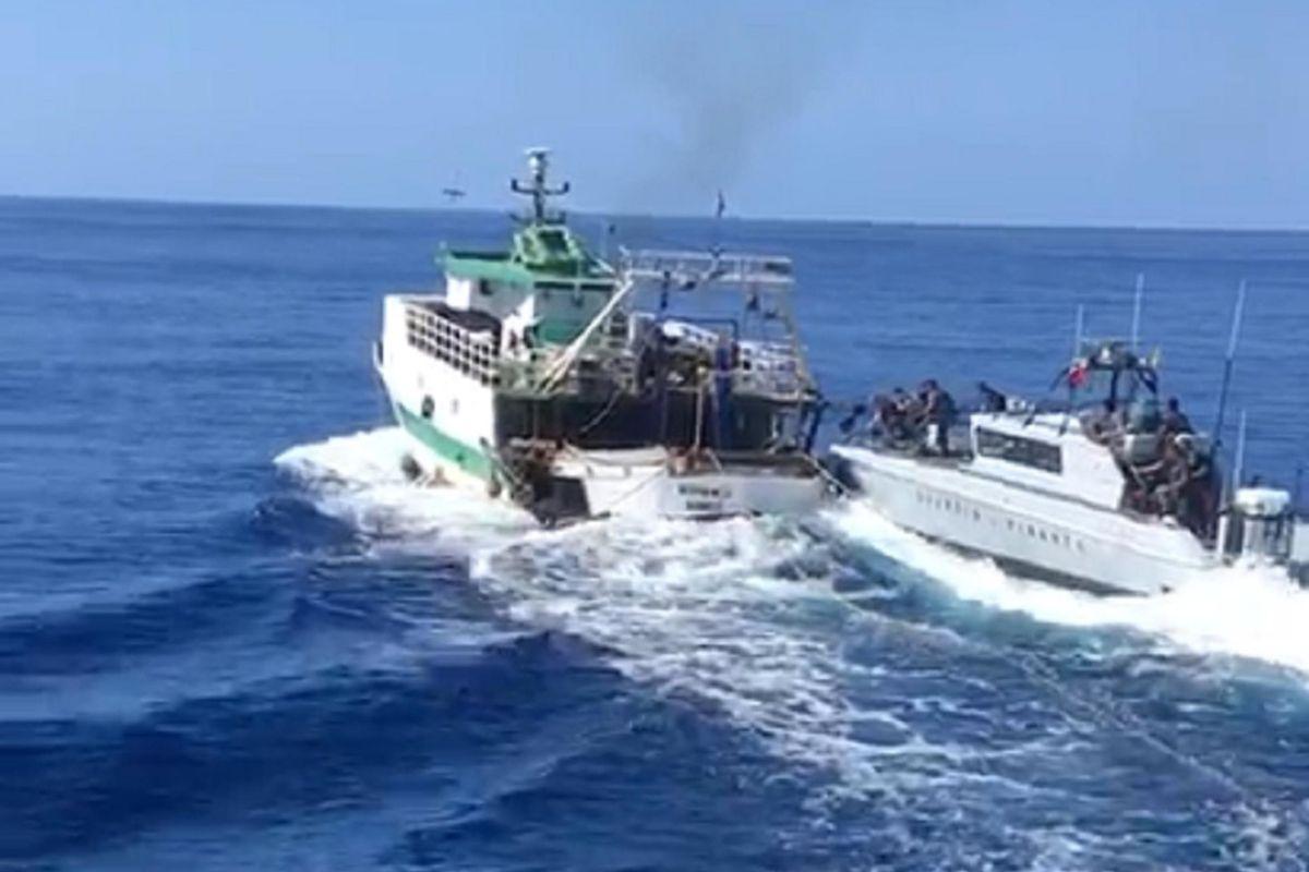 Ci invadono anche i pescatori. Imbarcazione tunisina sperona una nave militare