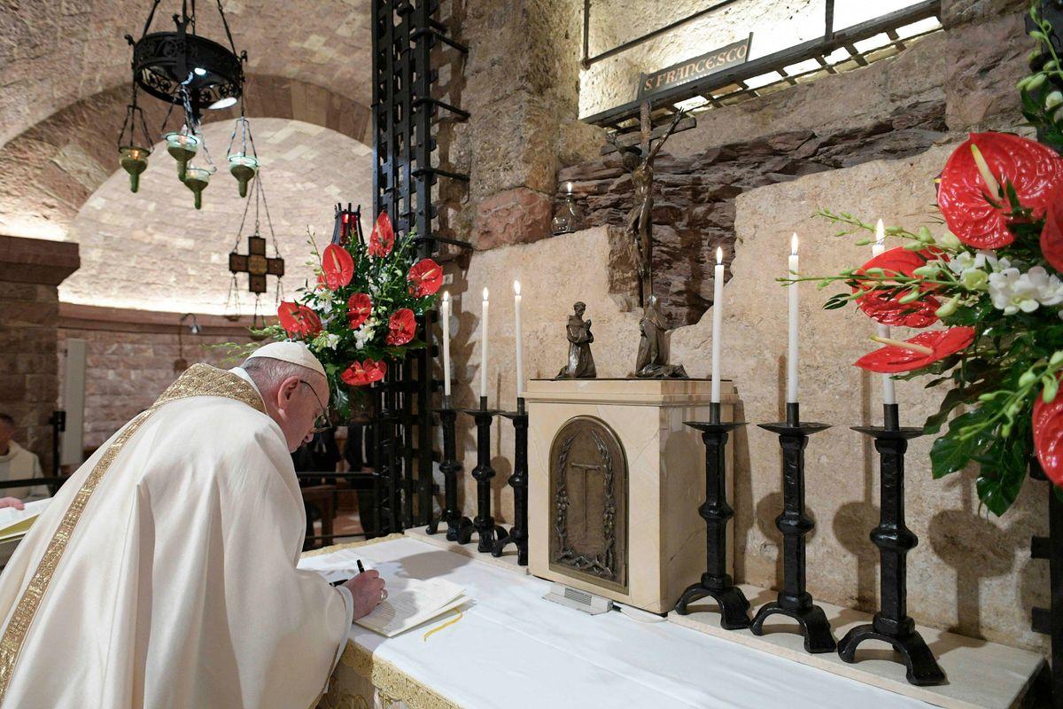 Francesco firma la «Fratelli tutti» mentre tra i prelati volano i coltelli