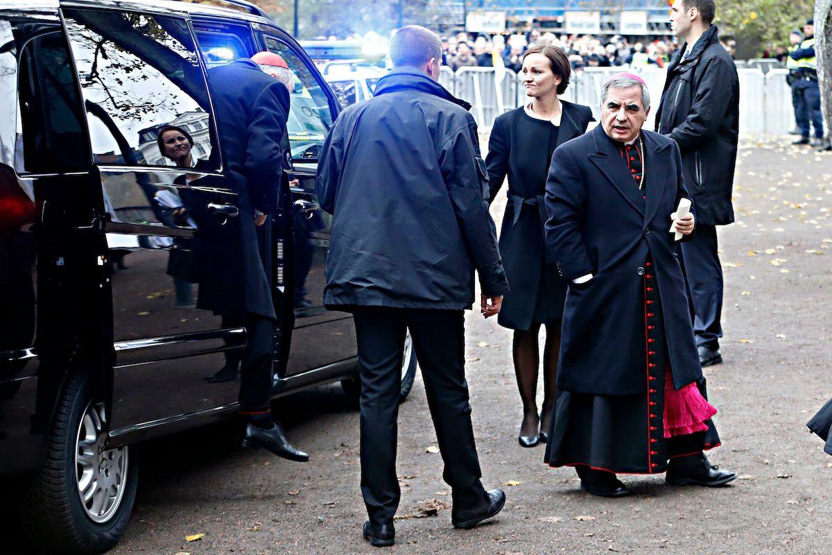 Con il conto del Vaticano per i rapiti la dama di Becciu comprava le Chanel