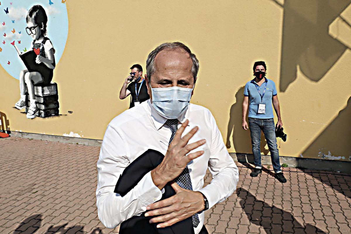 I dubbi degli esperti sulla mascherina: «All'aperto va usata solo se c'è folla»