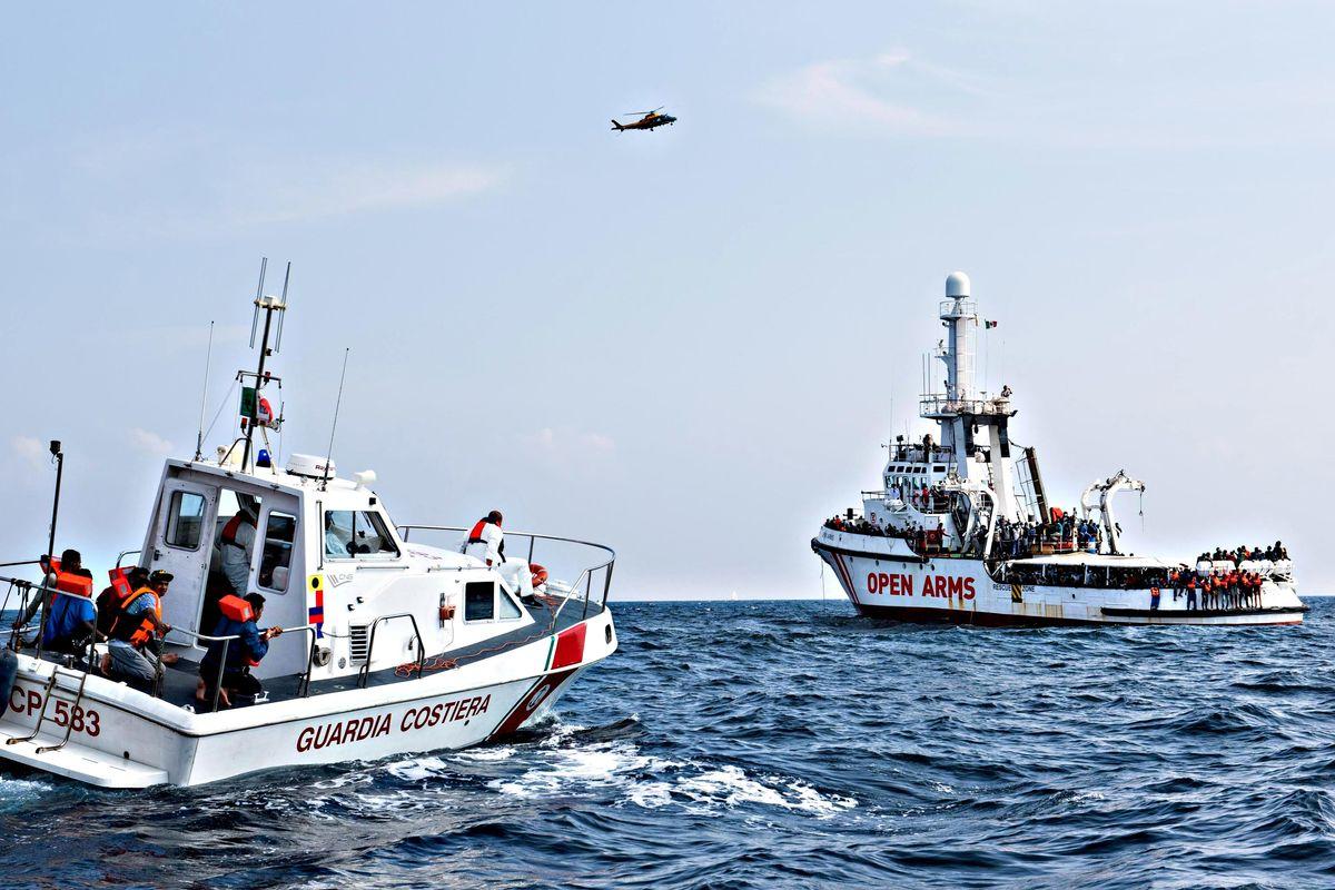 Nuovo trucco Ong: tuffo in mare e salvataggio