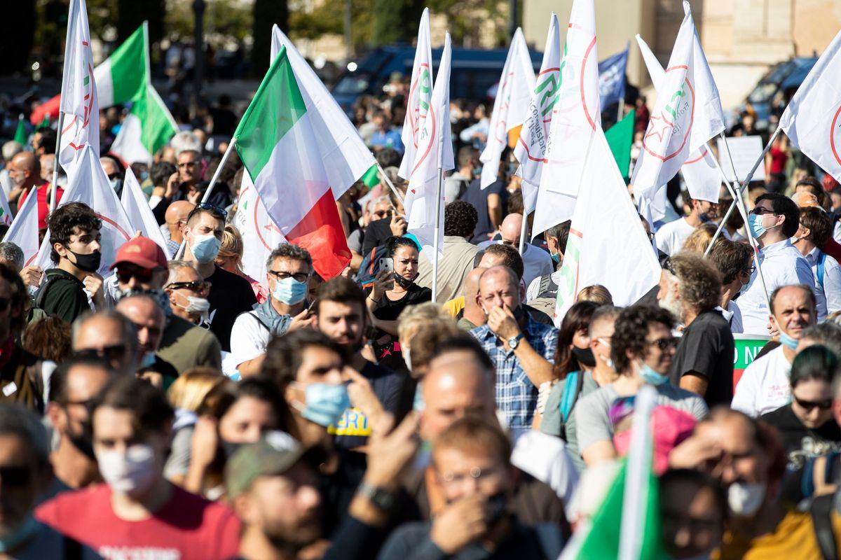 Dissenso in piazza. Il governo sfrutta chi protesta per trovare untori