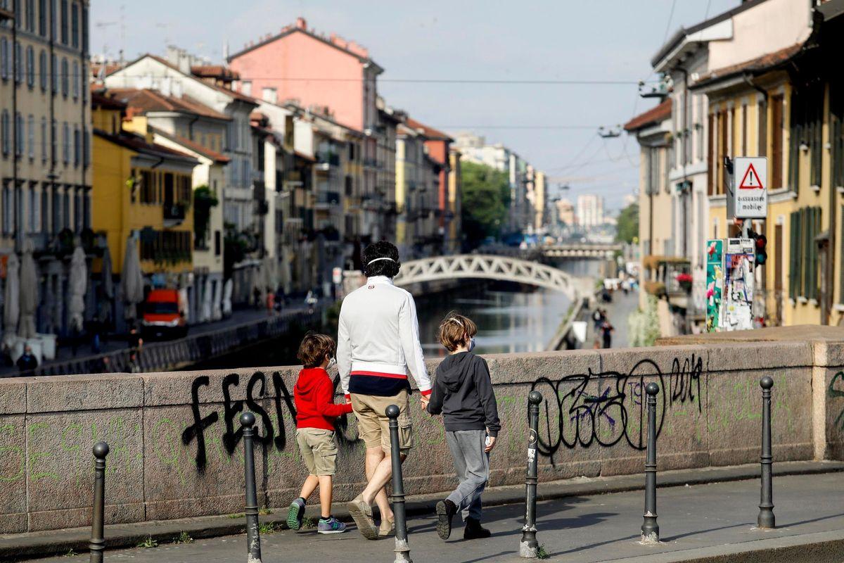 Follia a Milano: «Non baciate i vostri figli»