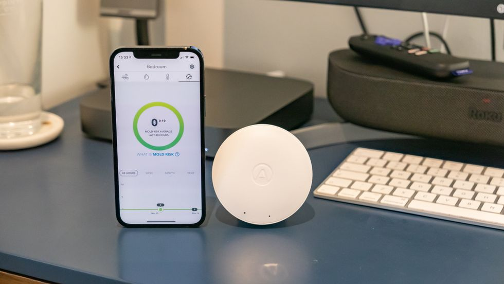 The Airthings Wave Mini and Airthings application for smartphones