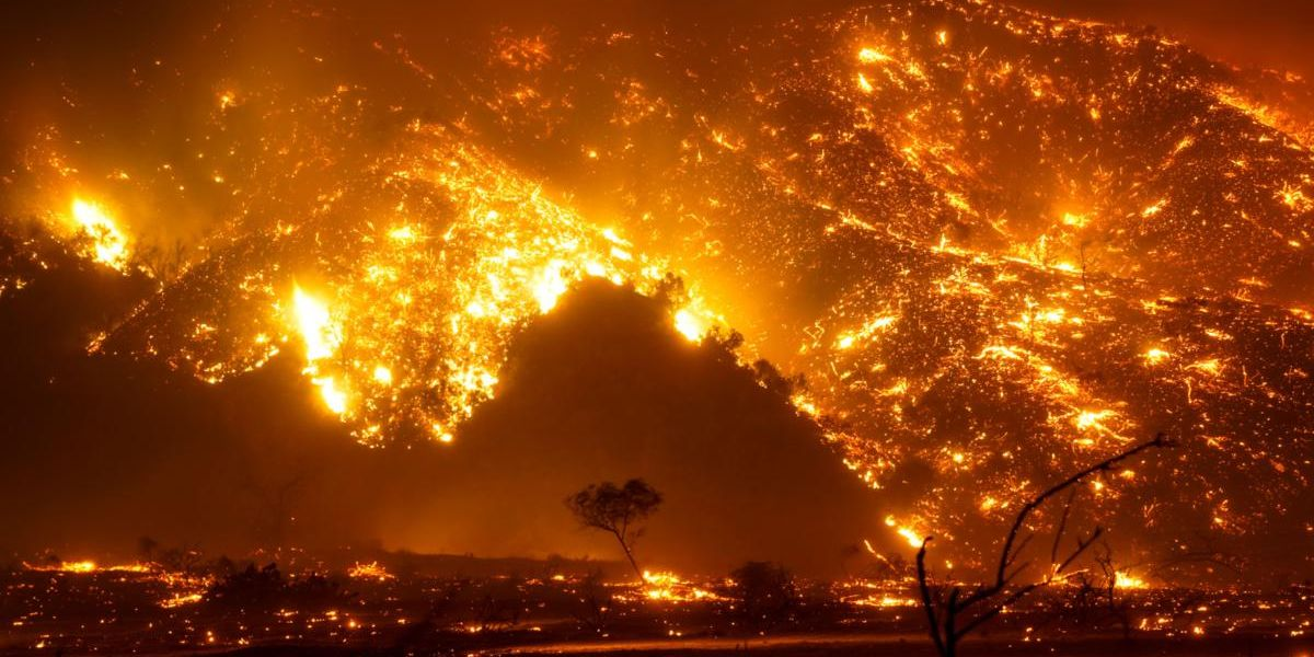 Bond Fire South of LA Forces 25,000 to Flee
