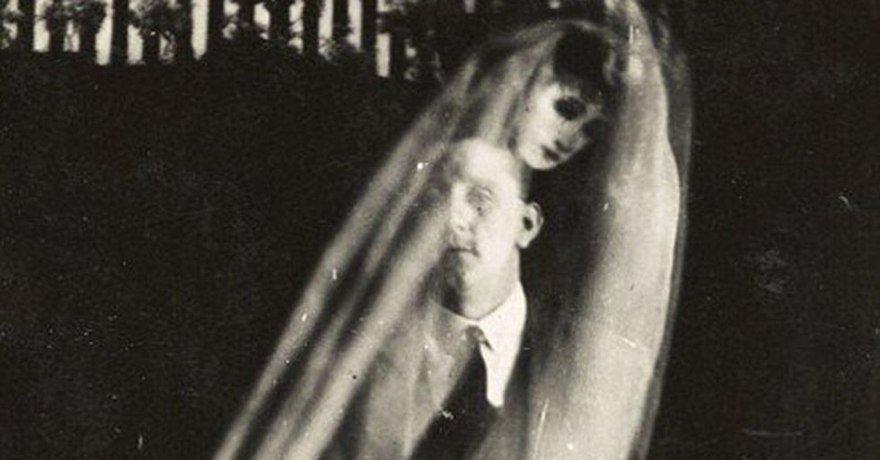 These Creepy Photos of Ghosts From the 1920s Captivated the World