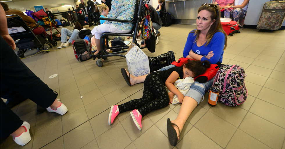 This Random Act of Kindness for a Mom Traveling Solo is What the World Needs