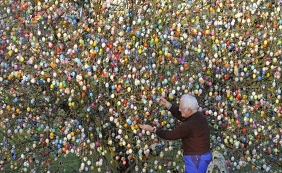 Tree With 10,000 Easter Eggs + Adrian Grenier Kicked Out of Park Slope Co-op = Eight Items Or Less