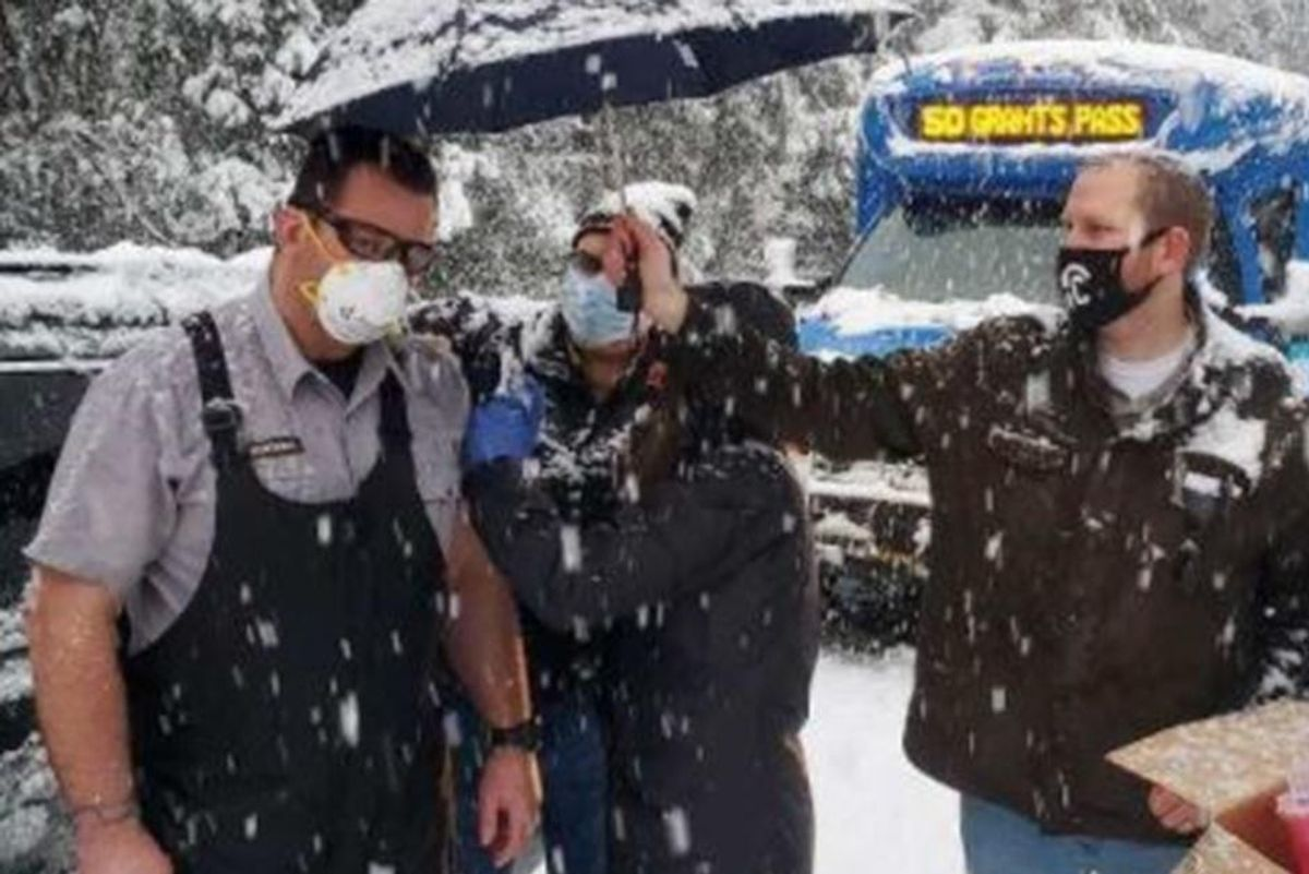 Oregon healthcare workers stuck in the snow vaccinated random drivers while they waited