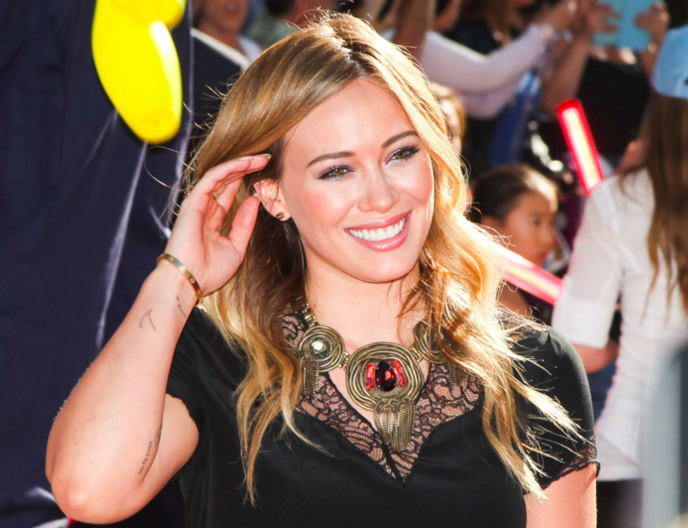 """""""Um, I don't know"""": Notes from Hilary Duff's First Tinder Date"""
