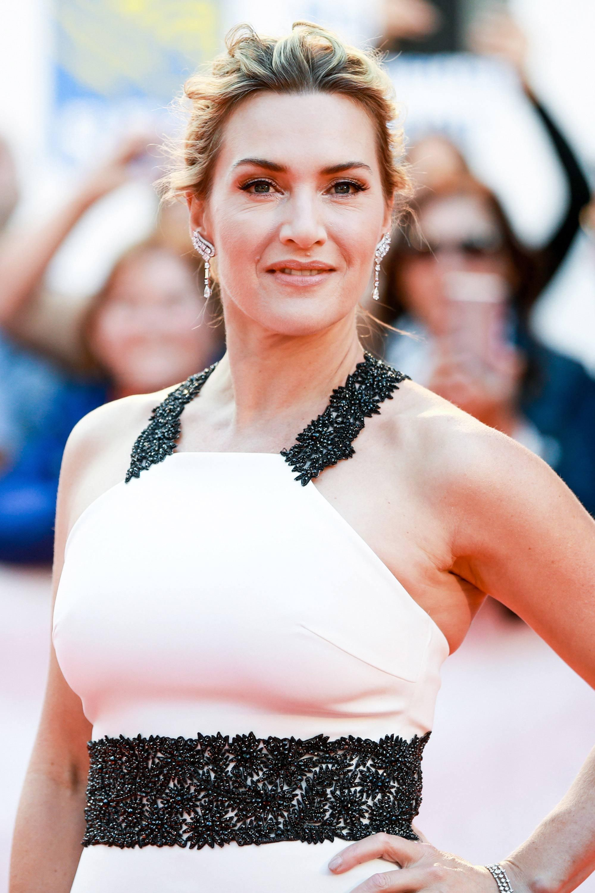 Kate Winslet in a white Badgley Mischka dress with black beaded details