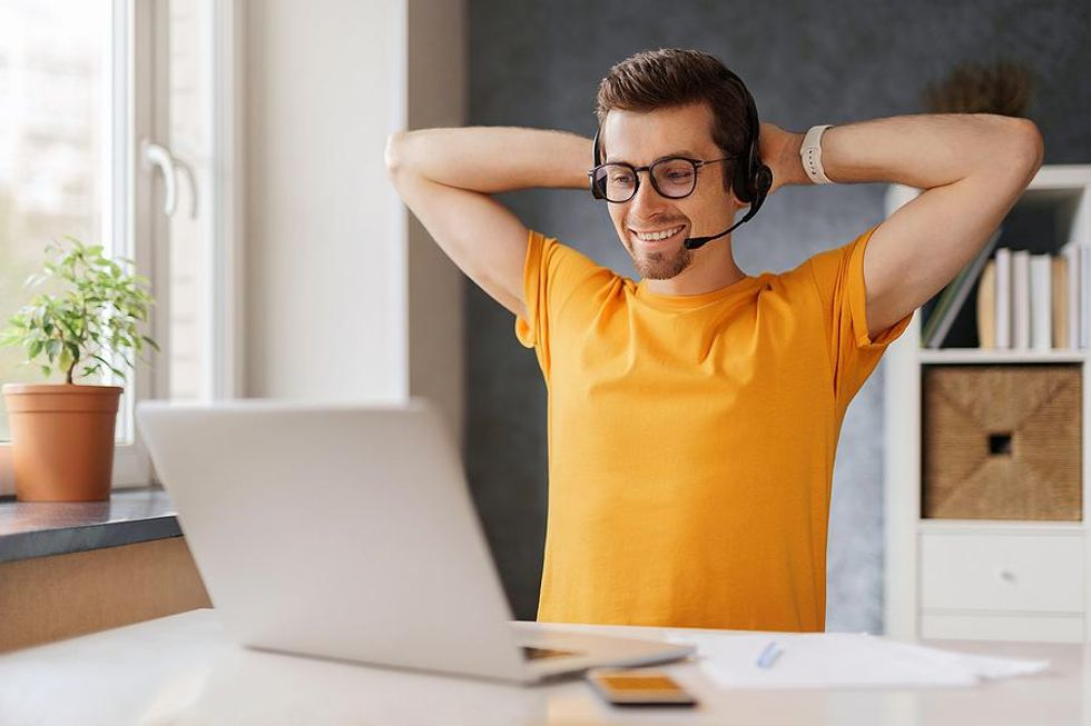 Man stays productive while working from home in the summer