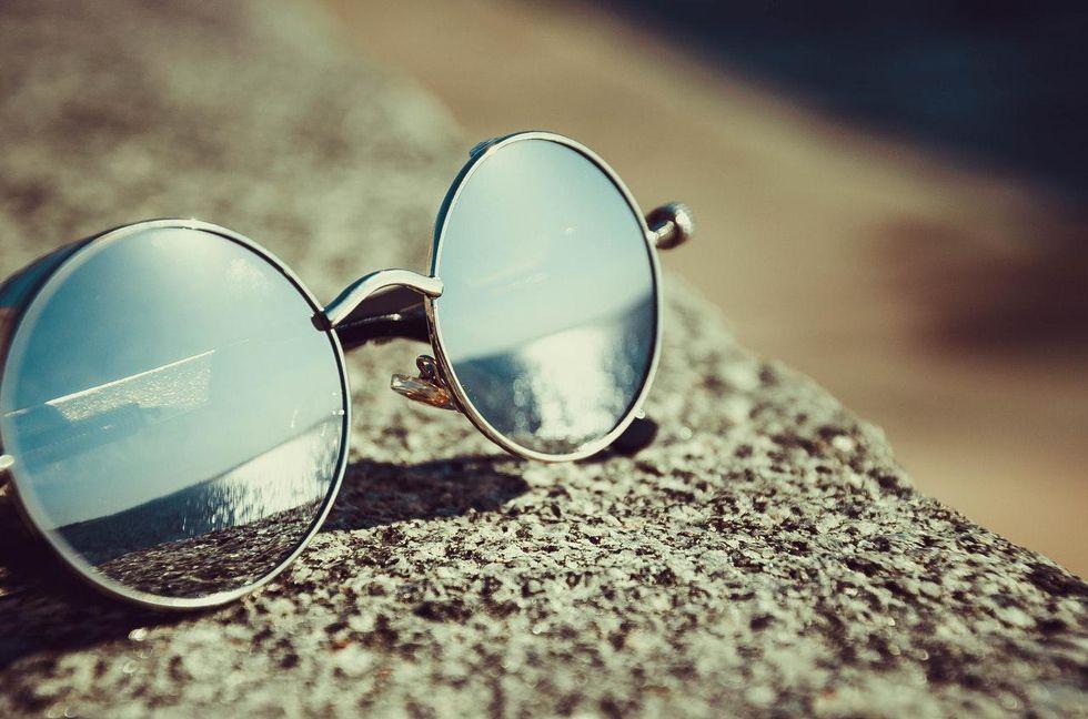 Reasons we should wear blue light blocking glasses