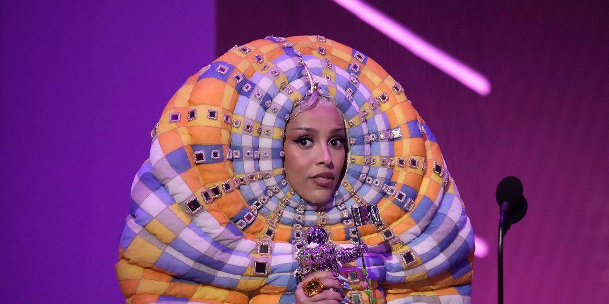 Doja Cat's VMAs 'Worm' Outfit Sparks Memes
